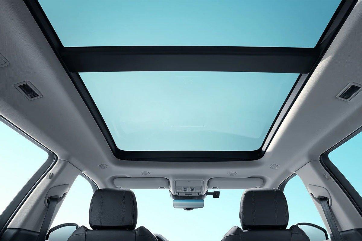 Range Rover Evoque L được trang bị cửa sổ trời toàn cảnh lớn.