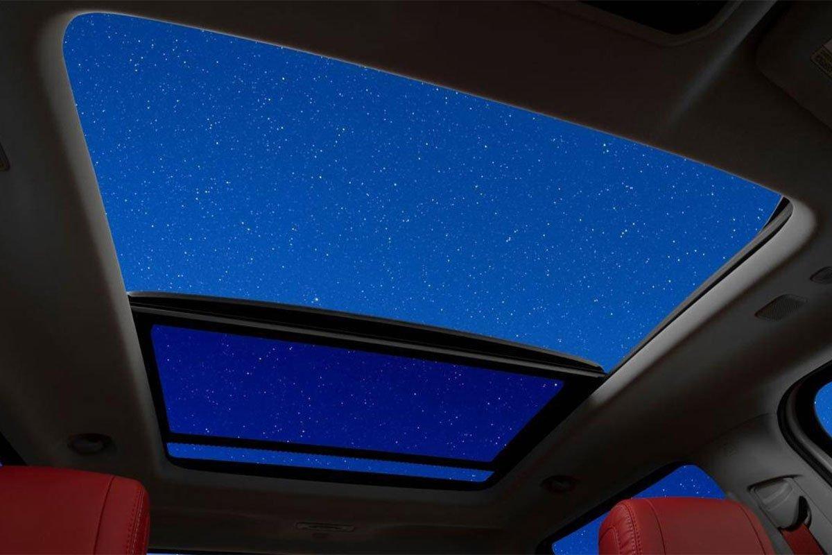 Toyota Tundra 2022 được trang bị cửa sổ trời toàn cảnh.