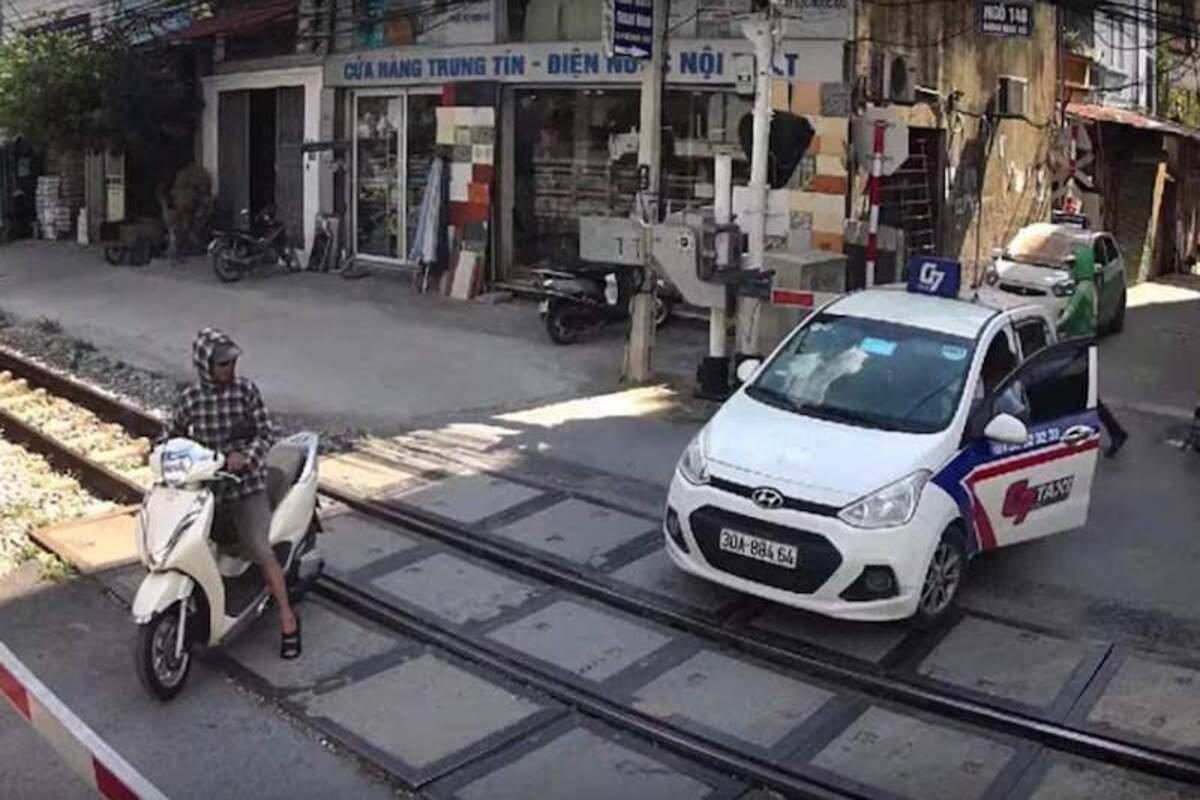 ô tô vượt rào chắn đường ngang