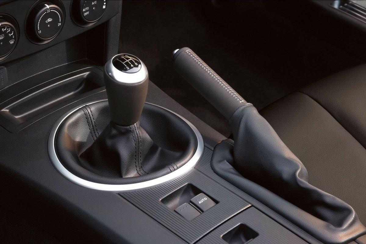 Không kéo phanh tay trong thời gian bảo quản xe.