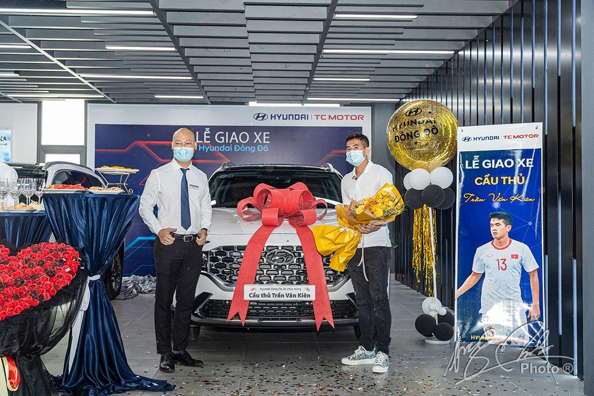Đại diện đại lý Hyundai Đông Đô chung vui cùng cầu thủ Văn Kiên.