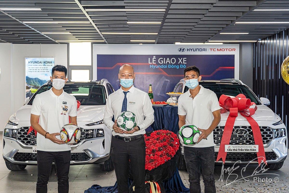 Đại diện đại lý Hyundai Đông Đô chung vui cùng 2 cầu thủ.