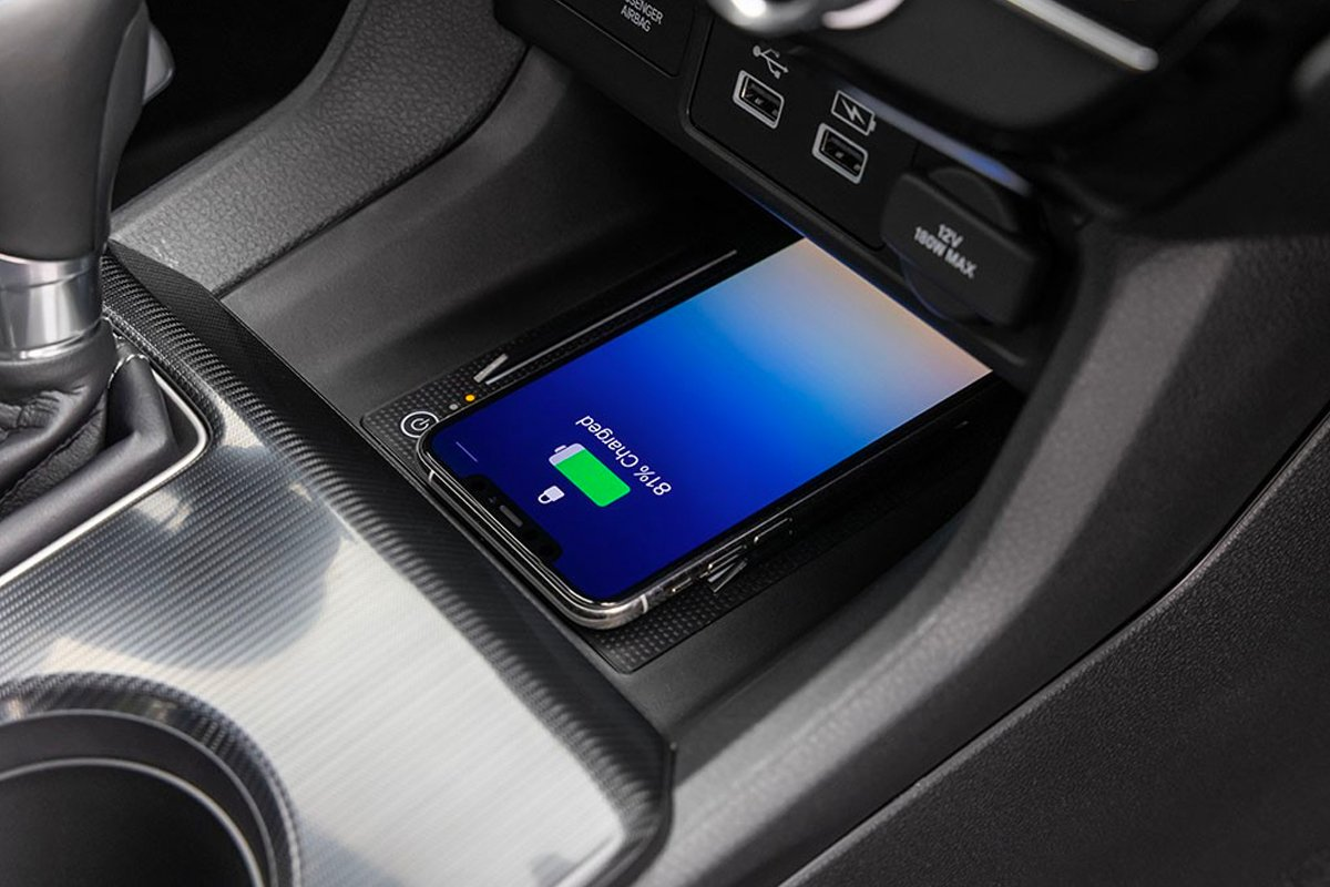 Honda Civic 2022 có sạc không dây chuẩn Qi cho smartphone.