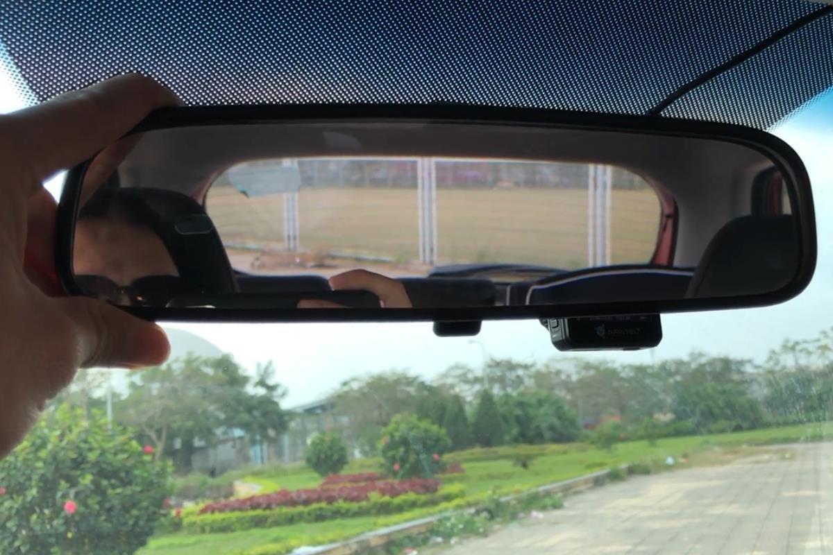gương chiếu hậu trong xe ô tô.