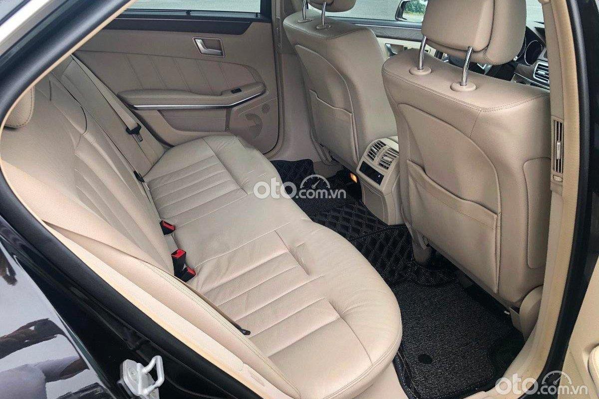 Mercedes-Benz E200 có nội thất còn khá mới.