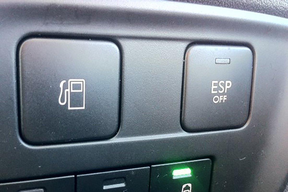 Nút mở nắp bình xăng.