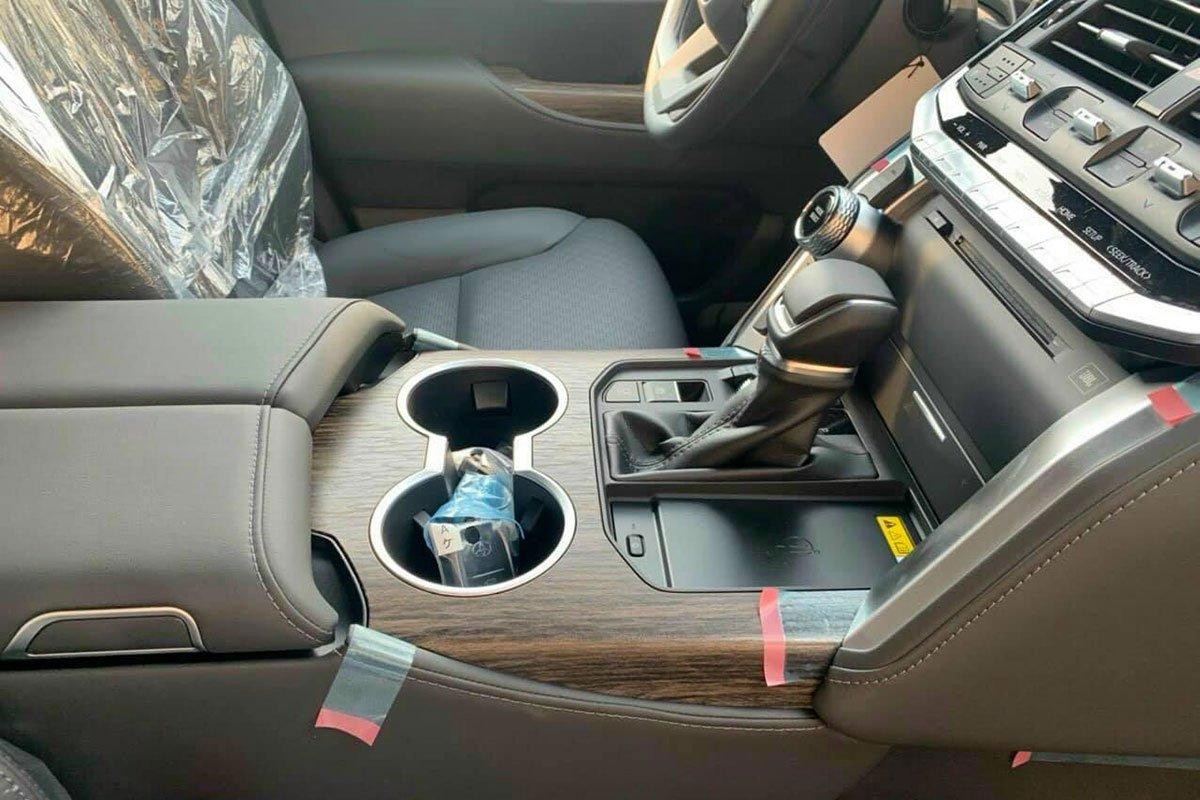 Toyota Land Cruiser 2022 lần đầu lộ diện ngoài đời thực tại Việt Nam, có gì hấp dẫn a6
