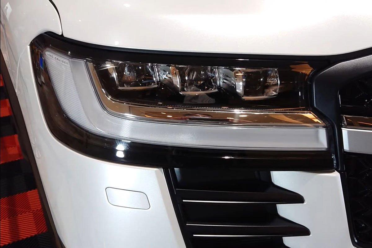 Toyota Land Cruiser 2022 lần đầu lộ diện ngoài đời thực tại Việt Nam, có gì hấp dẫn? a3