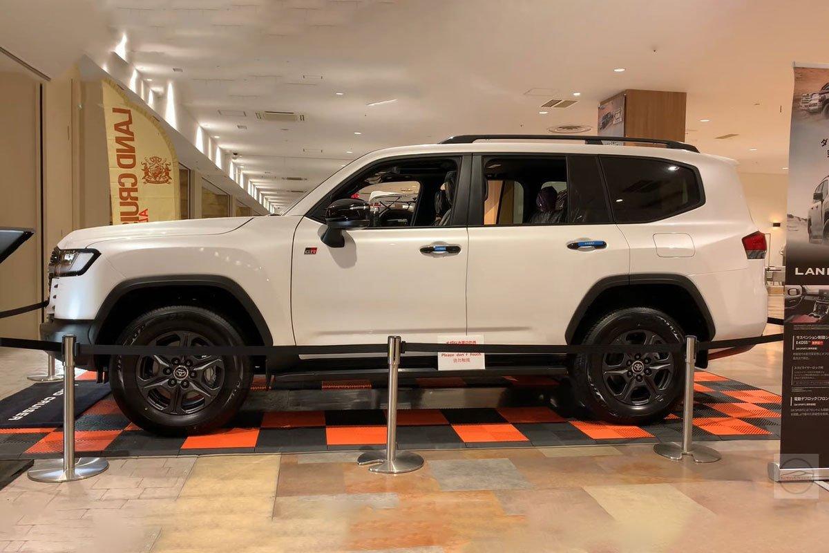 Toyota Land Cruiser 2022 lần đầu lộ diện ngoài đời thực tại Việt Nam, có gì hấp dẫn? a5