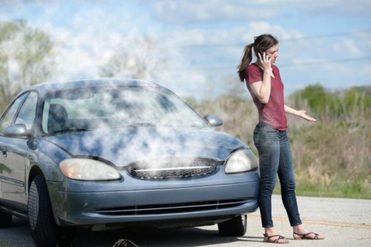 xe có mùi và khói bốc lên từ nắp capo