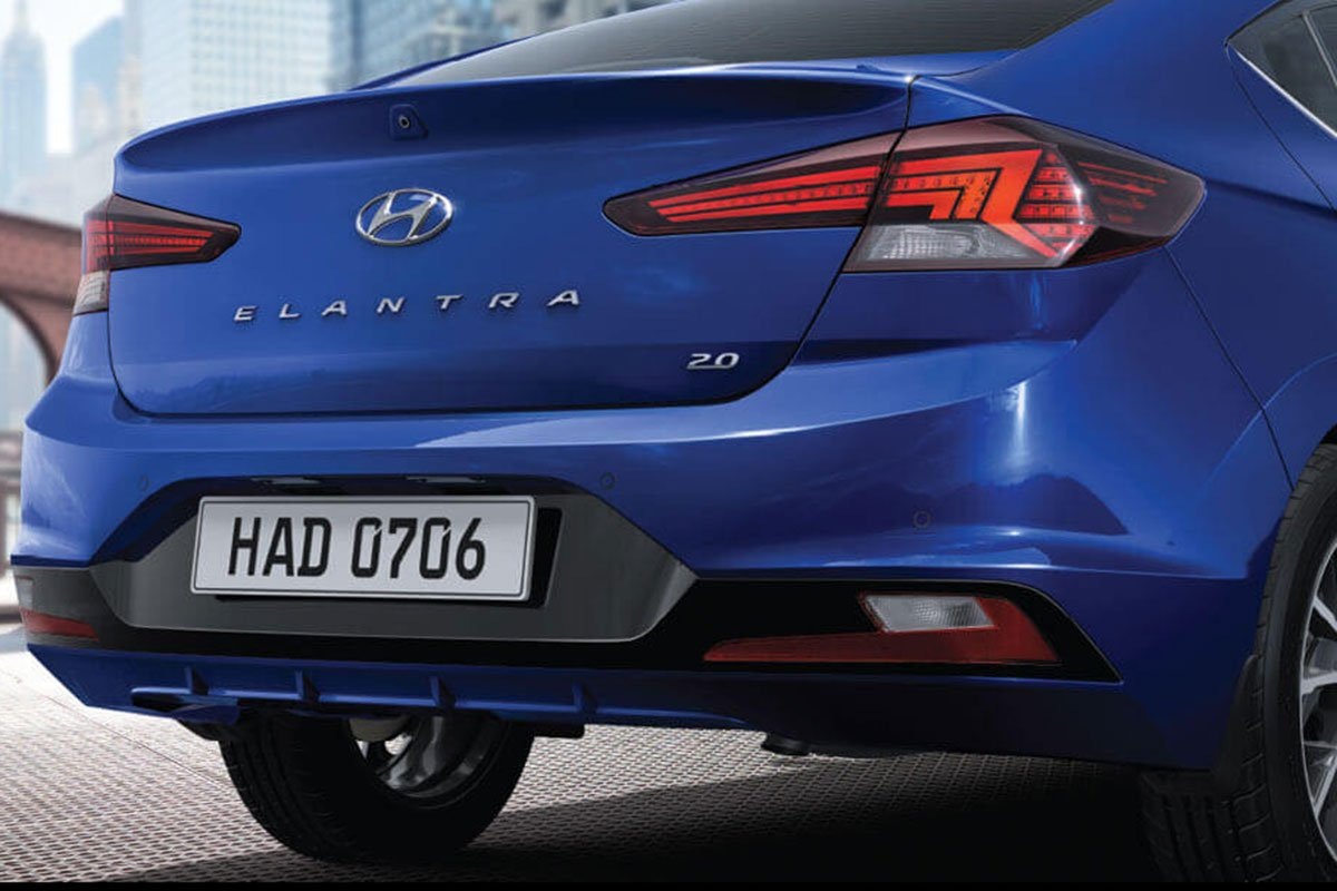 đuôi xe Hyundai Elantra.