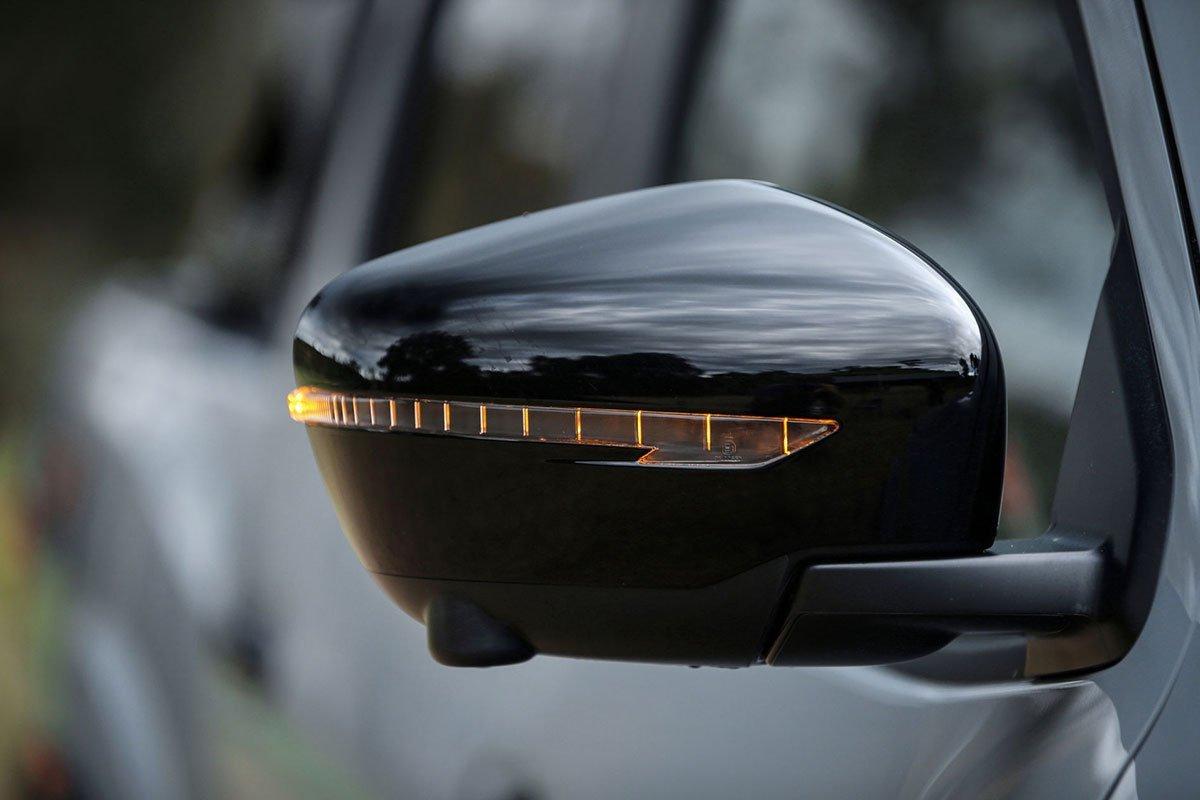 gương chiếu hậu Nissan Navara 2021.
