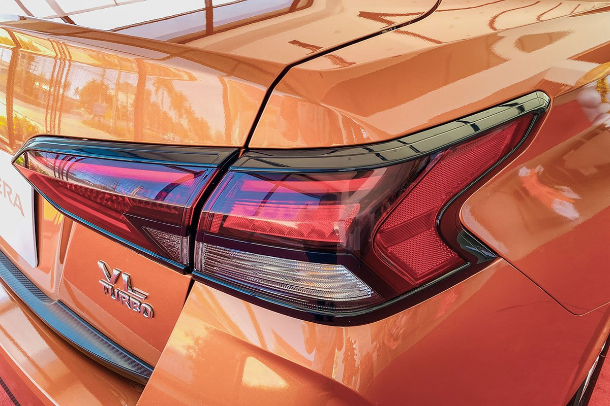 Cụm đèn hậu LED trên Nissan Almera 2021.