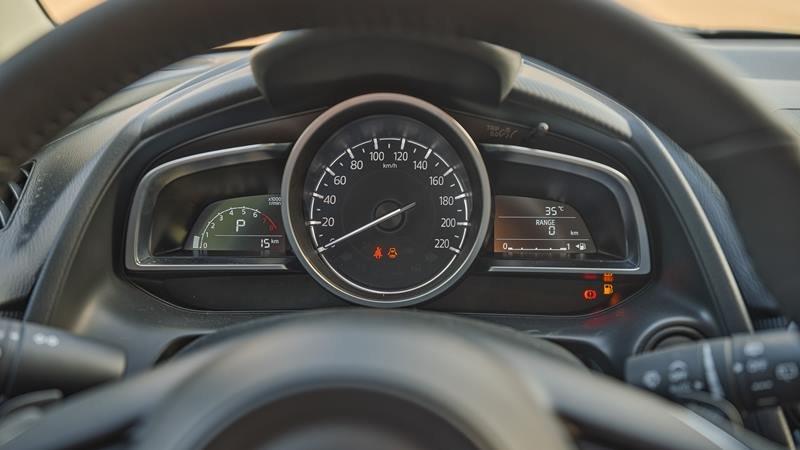 đồng hồ hiển thị thông tin trên Mazda 2 2021.