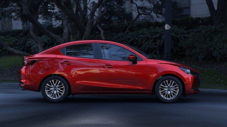 thân xe Mazda 2 2021.