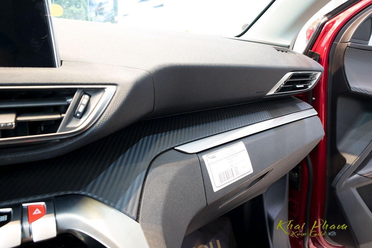 vân các bon trên Peugeot 5008.