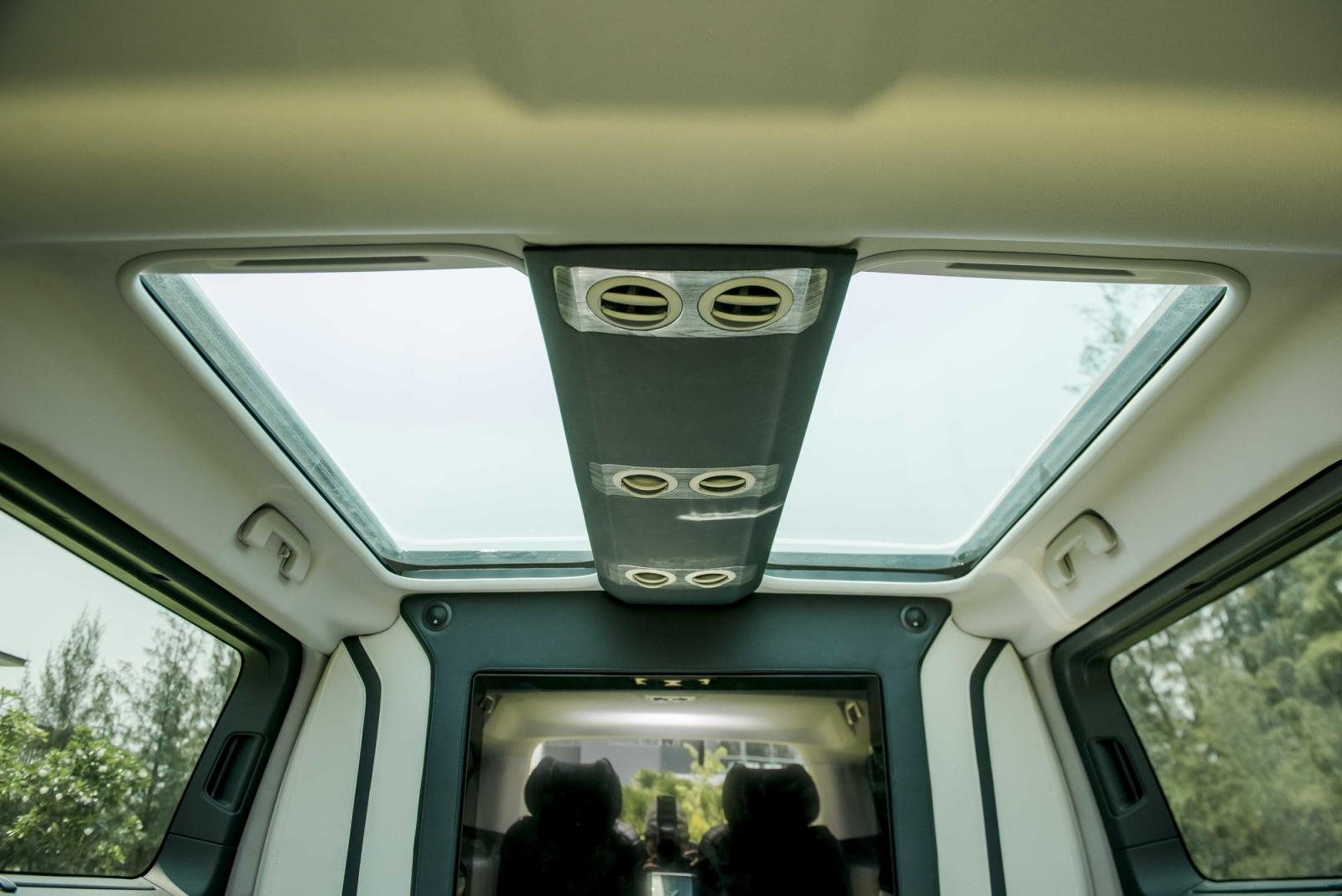 cửa sổ trời Peugeot Traveller 2021 .