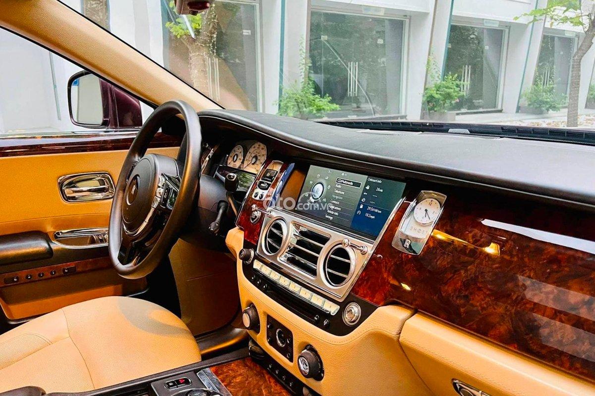 Rolls-Royce Ghost sở hữu khoang nội thất ấn tượng.