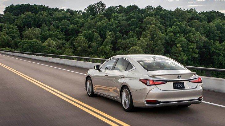 đuôi xe Lexus ES 2021.