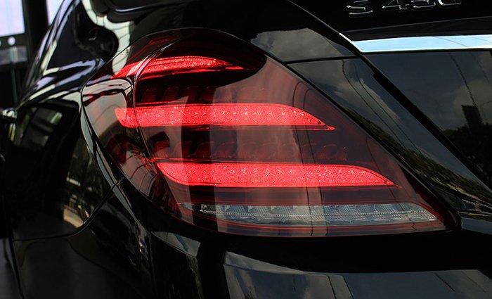 đèn hậu Mercedes-Benz S450L.