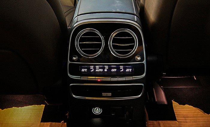 bảng điều khiển hàng ghế sau Merc S 450 L.