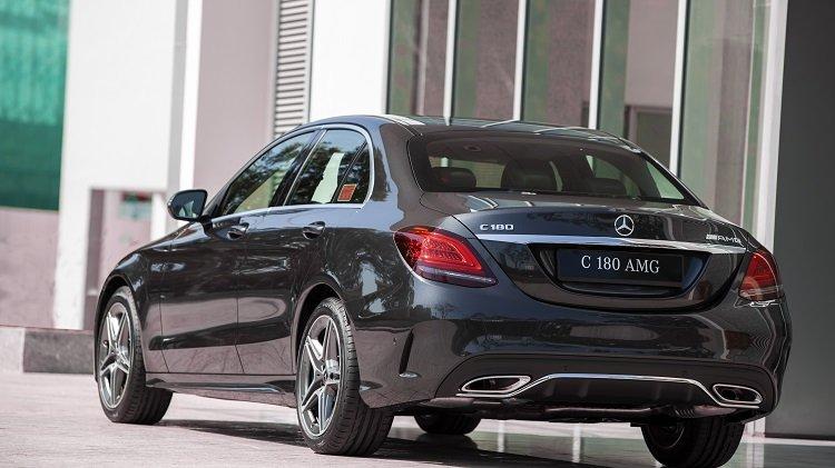 đuôi xe Mercedes-Benz C 180 AMG 2021.