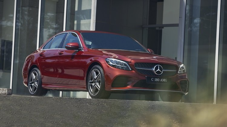 đầu xe Mercedes-Benz C 180 AMG 2021.