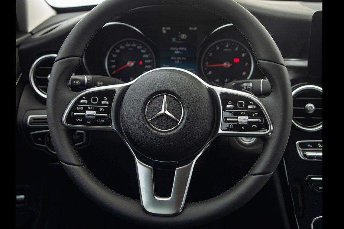 vô-lăng xe Mercedes-Benz C 180 AMG 2021.