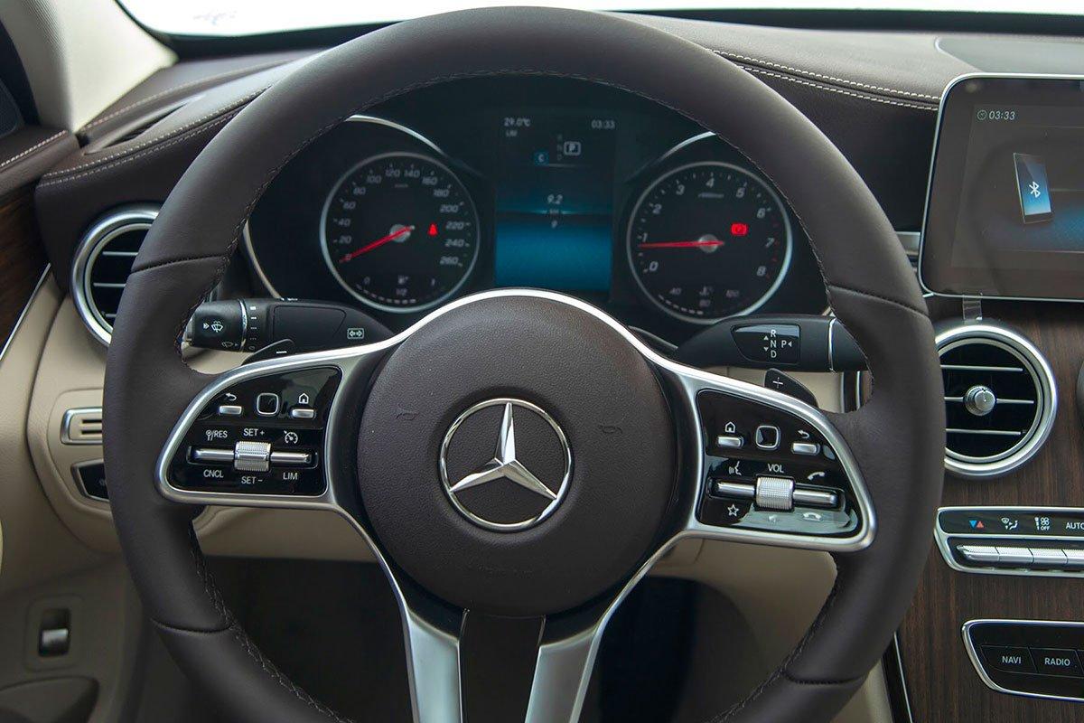 vô-lăng trên Mercedes-Benz C200 Exclusive 2021.