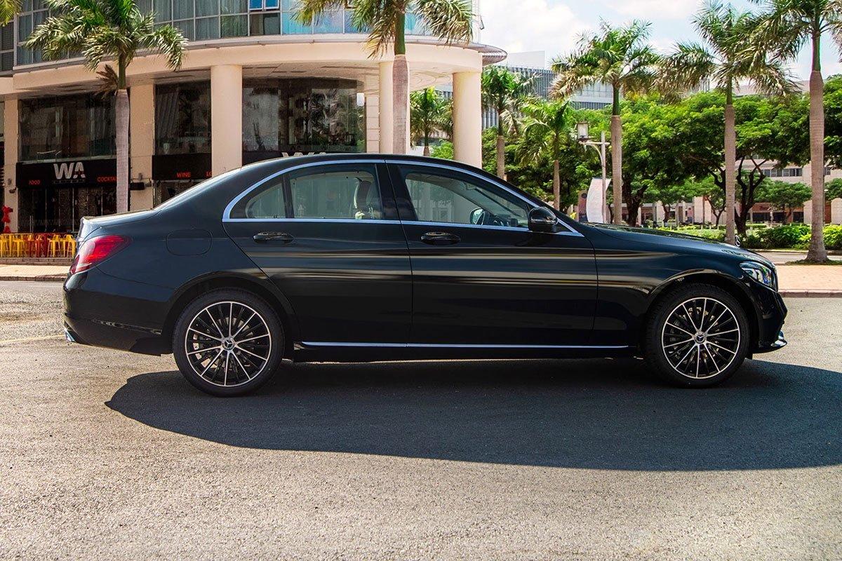 thân xe Mercedes-Benz C 200 Exclusive .