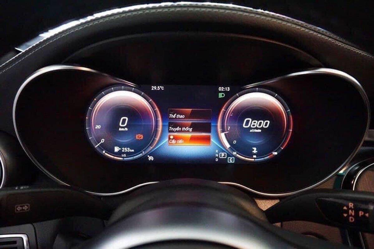 bảng đồng hồ trên Mercedes C 300 AMG.