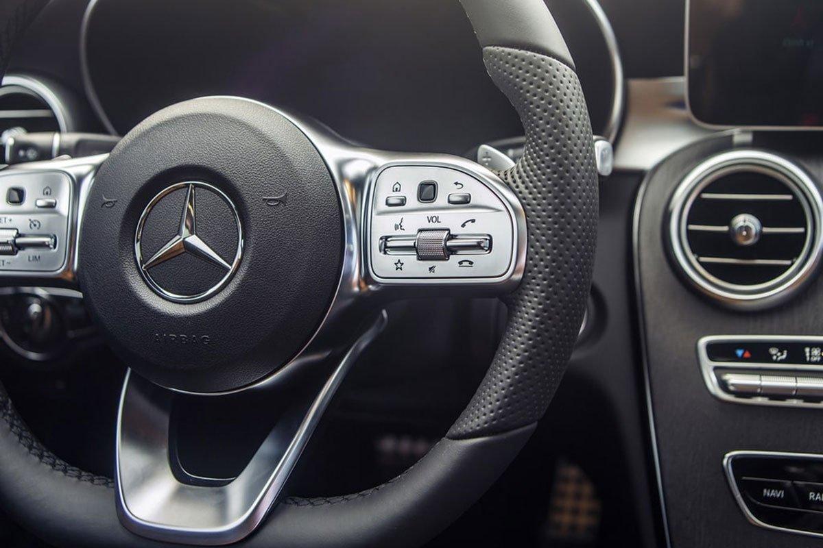 vô-lăng Mercedes C 300 AMG.