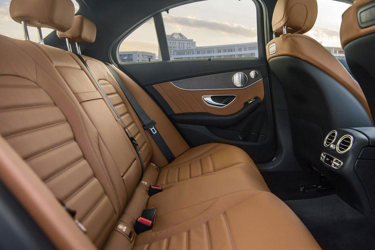 ghế ngồi trên Mercedes C 300 AMG.