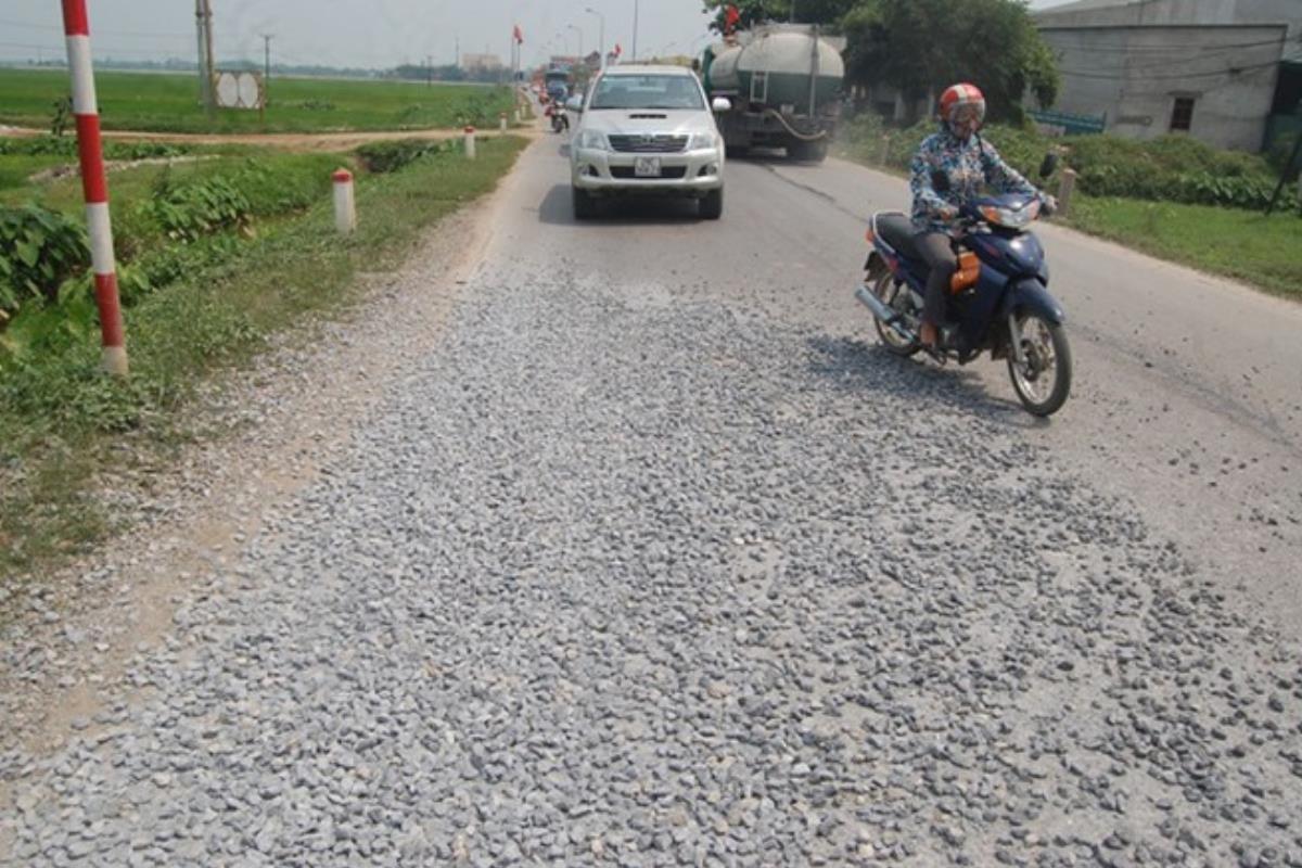 lái xe trên đường sỏi đá