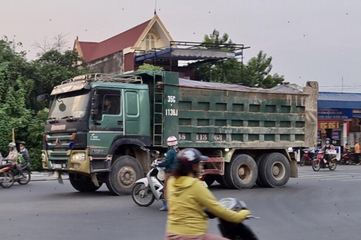 xe tải hạng nặng chở sỏi đá