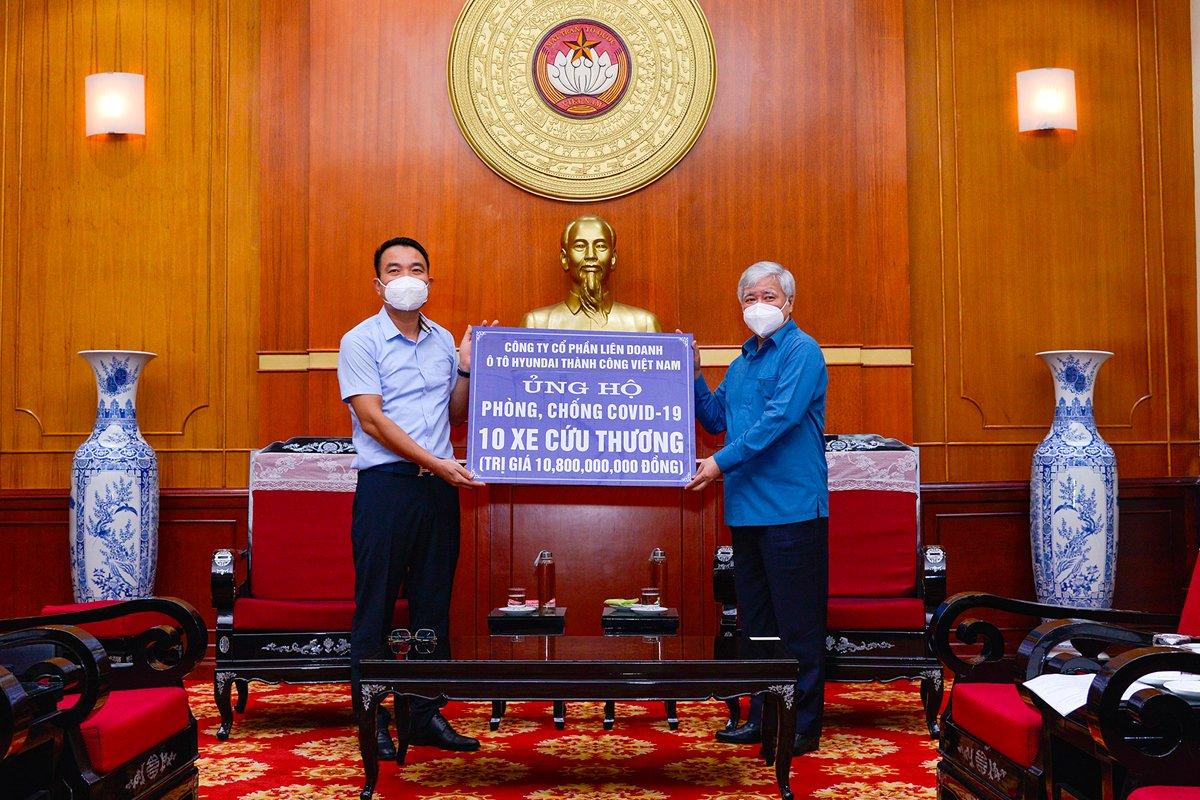 Tổng cộng 10 chiếc Hyundai Solati cứu thương được HTV trao tặng, tương ứng tổng giá trị là 10 tỷ 800 triệu đồng