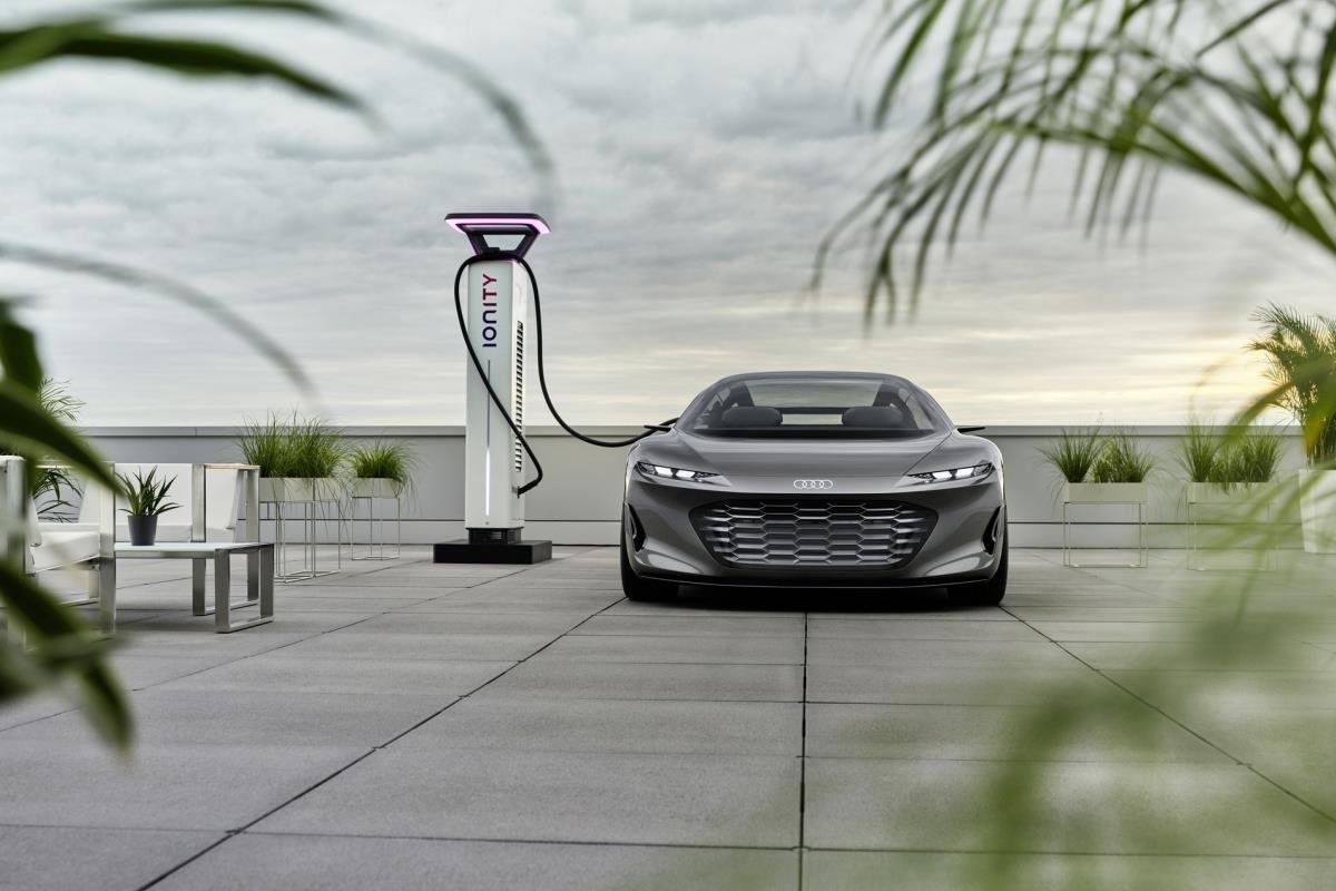Audi Grand Sphere đang sạc