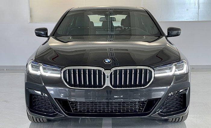 đầu xe BMW 530i 2021.