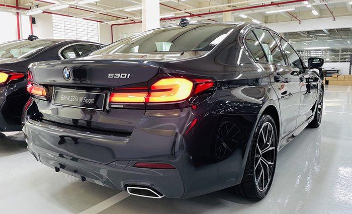 đuôi xe BMW 530i 2021