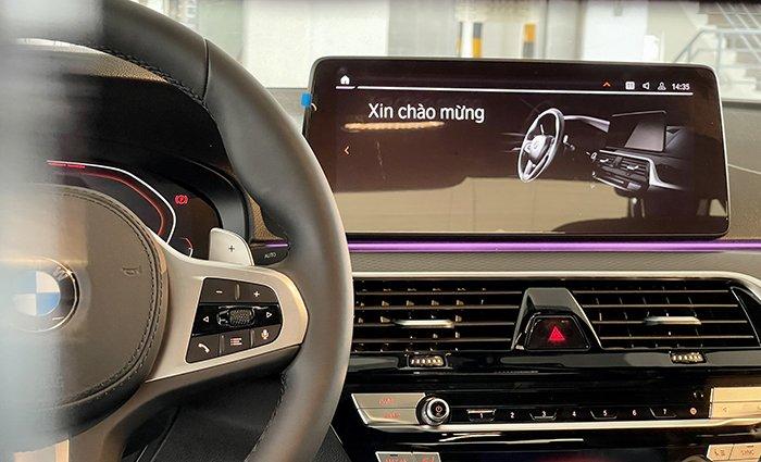 màn hình giải trí BMW 530i 2021.