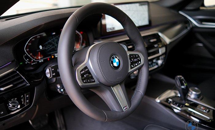 vô-lăng BMW 530i 2021.