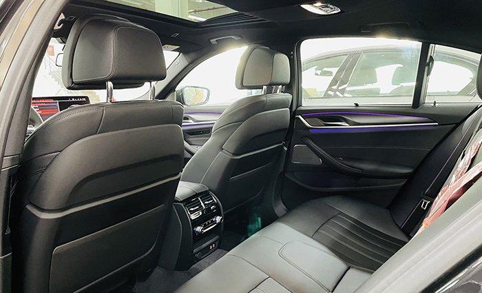 hàng ghế sau BMW 530i 2021.