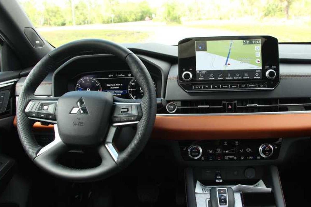 Mitsubishi Outlander 2022 nội thất 1