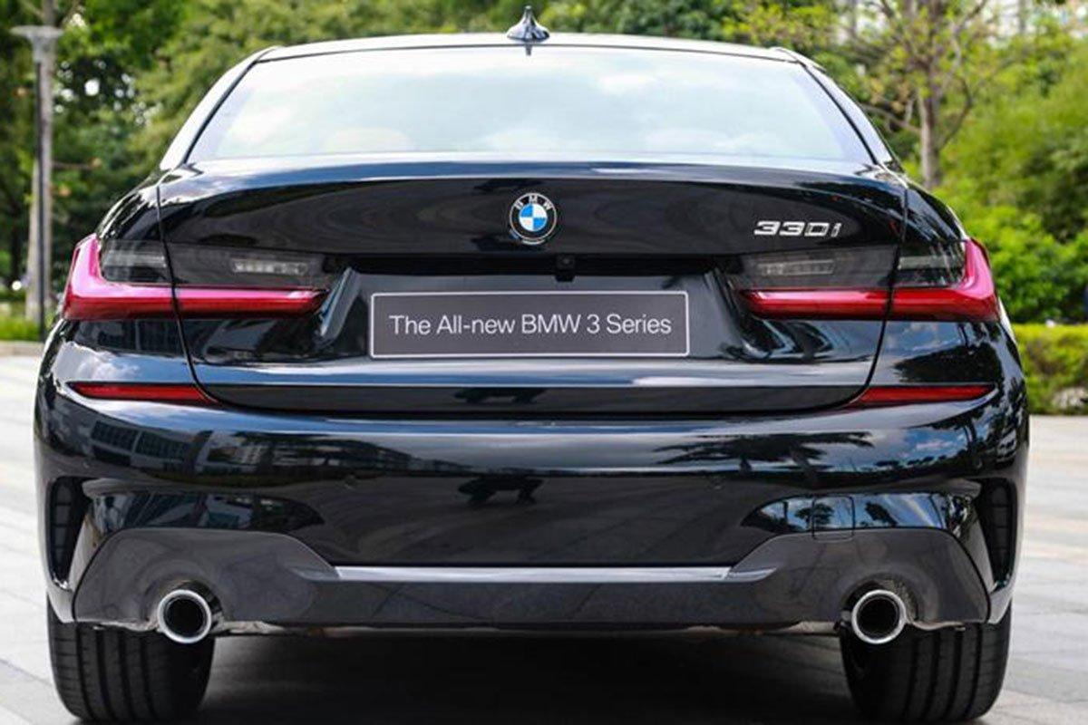đuôi xe BMW 330i.