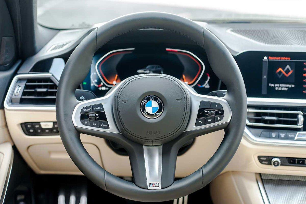 vô-lăng BMW 330i.
