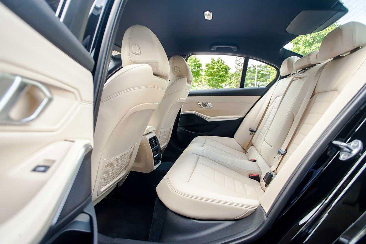 hàng ghế sau xe BMW 330i.