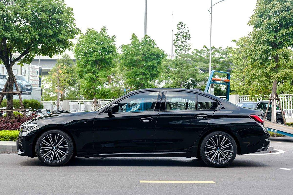 thân xe BMW 330i.