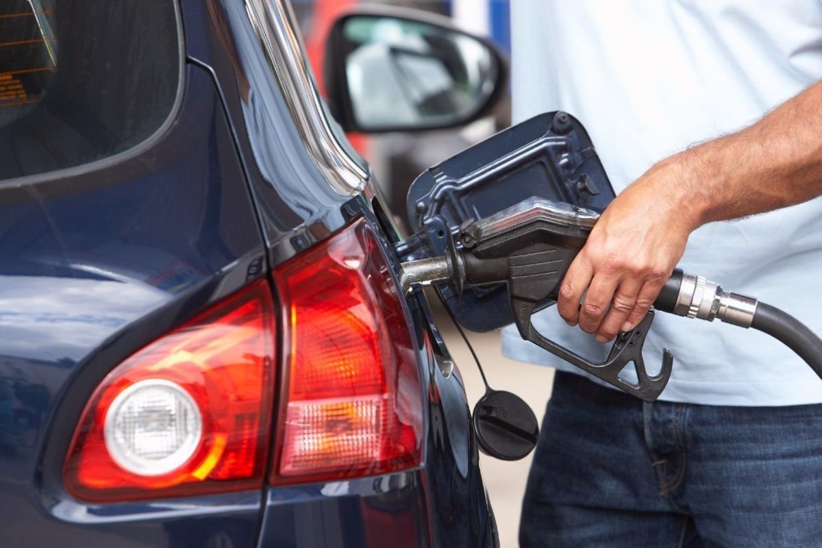 rớt xăng dầu lên vỏ xe ô tô