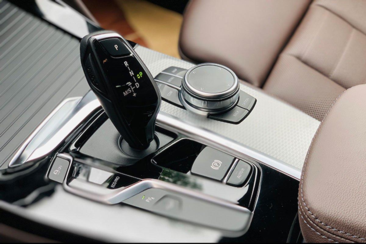 cần số BMW X4 2021.