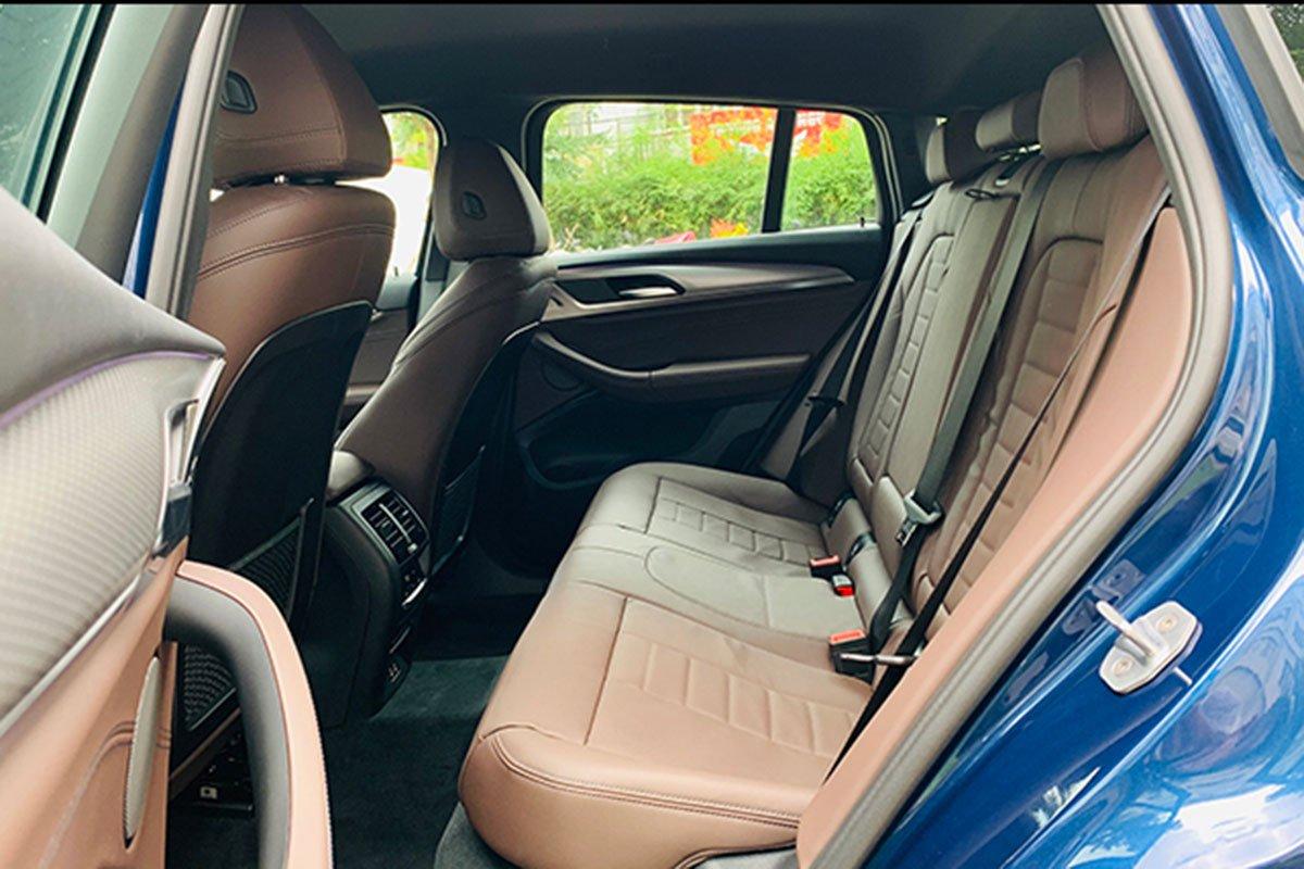 hàng ghế sau xe BMW X4 2021.